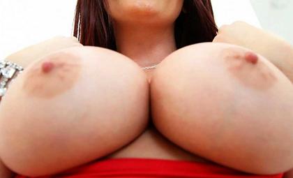 Femme au foyer aux gros seins